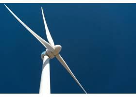 在深蓝天空的衬托下的风力涡轮机_1179876