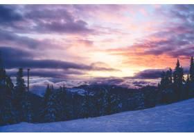 在粉红色和紫色的云彩天空下美丽的大片云_7957363