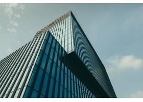 在美丽的多云天空下玻璃立面的建筑物的低_8857645