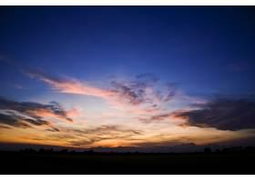 在美丽的日落时分多云天空下的小山的轮廓_12859291