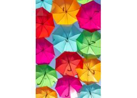 在蓝天的衬托下五颜六色的漂浮雨伞的美丽_10400411