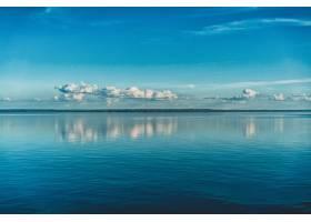 天空中纯净的白云倒映在海水中_9991829