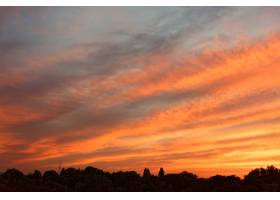 在黄昏拍摄的多彩天空中的云彩的低角度拍摄_12948224