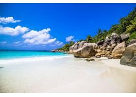 塞舌尔普拉斯林的海滩在阳光和蓝天下被_10729634