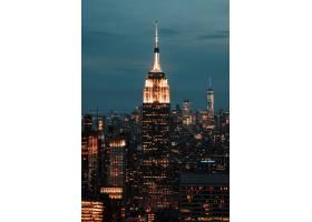 天空多云的城市建筑包围的摩天大楼的垂直快_7814574