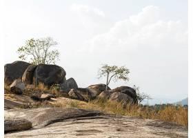 天空晴朗岩石掩映的非洲自然风光_12390745