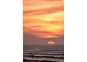 垂直拍摄海洋上空令人叹为观止的日落景色_10759424