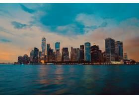 城市建筑的美丽镜头背景是多云的天空_10583338