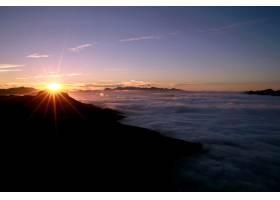 在五颜六色的落日天空中欣赏令人惊叹的海景_11502802