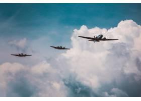 在令人叹为观止的多云天空下准备飞行表演的_8507520