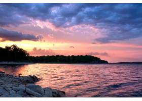 在令人叹为观止的彩云下倒映在大海中的夕阳_9931068