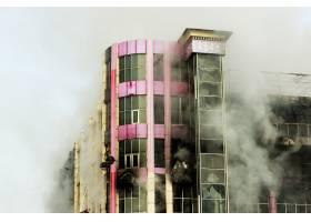 冒着浓烟烧毁购物中心或商场_5430187