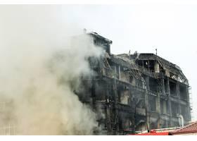 冒着浓烟烧毁购物中心或商场_5430192