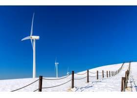 冬季景观中的风力发电机和蓝天_11599718