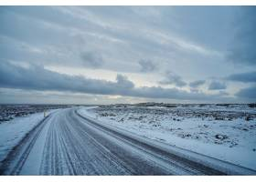 冰岛结冰的空旷道路上美丽的景色遥远的海_11622402