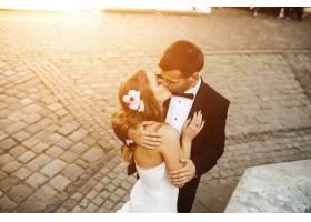 刚结婚的接吻_982162