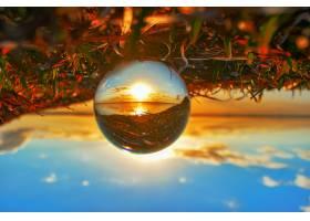 创意水晶镜头球拍摄日落时的绿色植物和湖泊_12177109