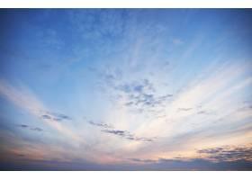 在一个多彩的傍晚金色的光芒穿透云层_10141233