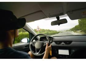 司机驾车行驶在高速公路上从车内看风景_11899498