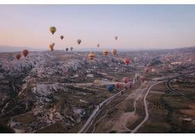 各种颜色的热气球漂浮在天空中的远景_7814603