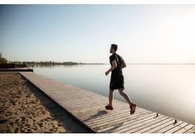 后视图一位跑步的年轻运动员的全身肖像_7811258