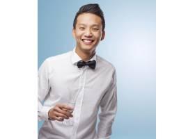 优雅的亚洲年轻男子手持玻璃杯的肖像_1013151