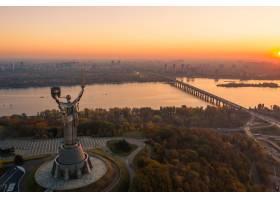 乌克兰美丽的烈日落日上空的基辅天际线_9438478