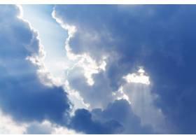 云雾缭绕阳光灿烂的天空_952437