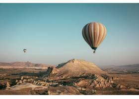 五颜六色的热气球漂浮在群山之上的远景_8507514