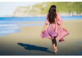 人像美丽的亚洲年轻女子微笑着愉快地走在热_4559272