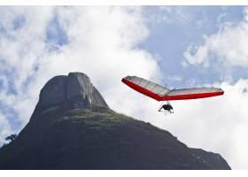 人类在悬挂式滑翔机上飞行的令人惊叹的镜头_11111978