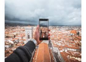 人类手持智能手机为佛罗伦萨拍照_10499997
