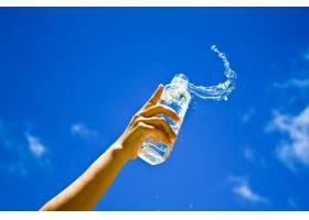 人类拿着一瓶水的手_1129139
