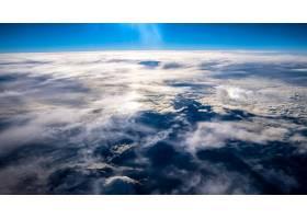 从飞机上拍摄的晴空下的云和山的美丽景色_8024239