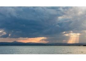令人叹为观止的日落美景穿透云层照耀在宁静_12651406