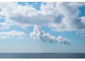 令人叹为观止的白云下宁静的大海的美丽风景_10291988