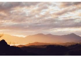 令人叹为观止的落日天空下一系列美丽山脉的_10110507