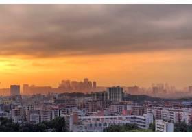 令人惊叹的城市景观与多云的橙色日落天空_12858437