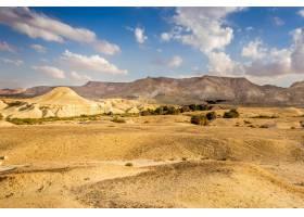一张美丽的沙漠田野的照片上面有群山和多_11062630