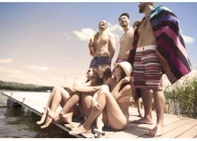 一群朋友在湖上度假_12232875