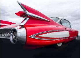一辆红色汽车的后部在云层密布的天空下的特_10110827
