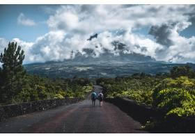 两个徒步旅行者走在一条狭窄的小路上小路_7677939