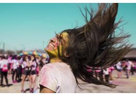 一位荷里色的年轻女子的微笑肖像她的头发_4472992