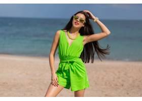 一位身材苗条的女子沿着热带海滩奔跑年轻_13271653