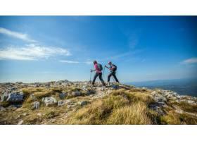 一对夫妇顶着蓝天在斯洛文尼亚的纳诺斯高原_12449506