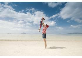 一对母子在海滩上在户外大海和蓝天_1285604