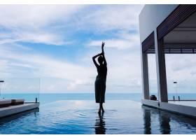 一名女子走在山上一座奢华豪华别墅的无限泳_11687635