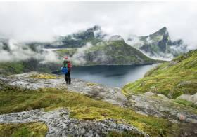 一名徒步旅行者在雾天站在罗福滕山脉的一个_8753406
