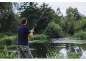 一名男子在湖中钓鱼的特写_2690188