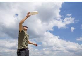 一名运动男子抓着塑料圆盘_4648535